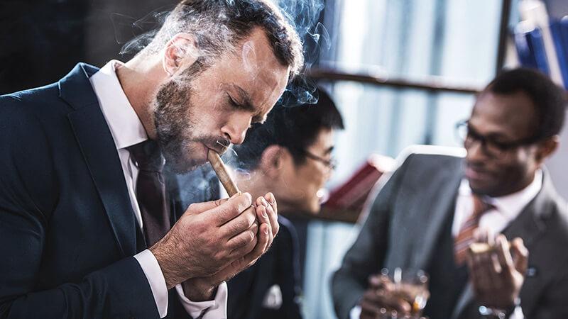 Hút xì gà có gây nghiện và hại như hút thuốc lá không